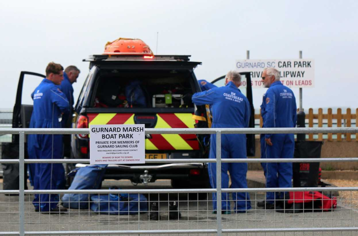 holiday-maker-mum-and-two-young-children-rescue-from-the-sea-near-cowes